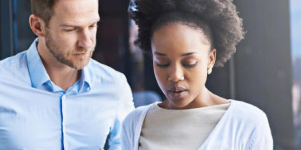 Mulher negra graduada no Brasil recebe 43% do salário de homem branco