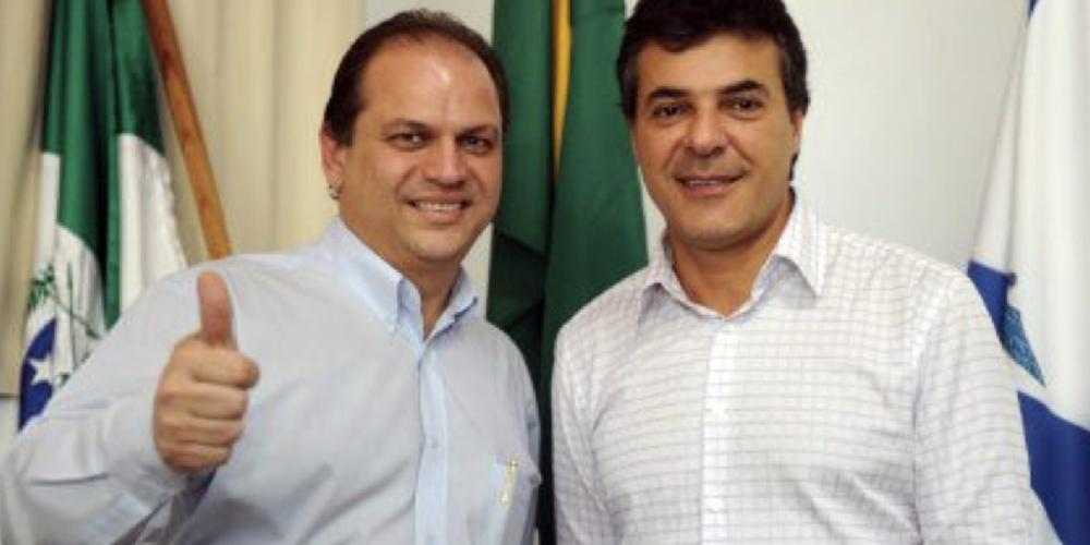 Sempre no palanque. Beto Richa e Ricardo Barros, governador e ministro respectivamente, fazem espetáculo panfletário nesta segunda-feira (08/01). Assinam papelada para distribuir grana para o Comesp