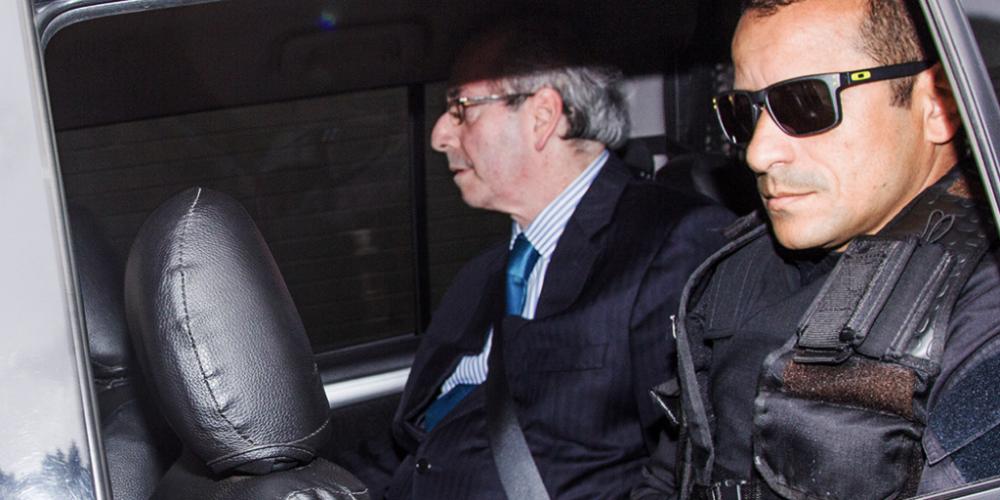 Vitória de Eduardo Cunha. Ele não será solto, mas deixará de ser transportado no camburão. Vai na banco de trás, mesmo sem direito.