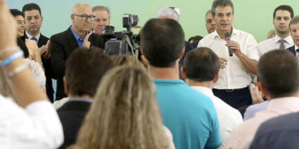 Quem quer dinheiro? Beto Richa subiu no palanque. Mandou R$ 100 milhões para 250 municípios