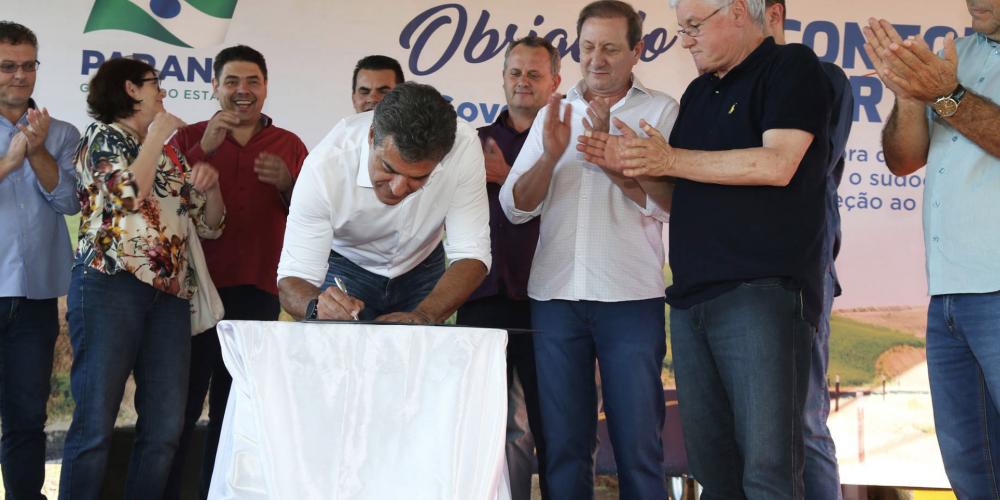 """Beto Richa começa a semana em cima do palanque. Começa pela capital, depois Ponta Grossa e Ipiranga. Subliminarmente diz: """"vote em mim"""""""