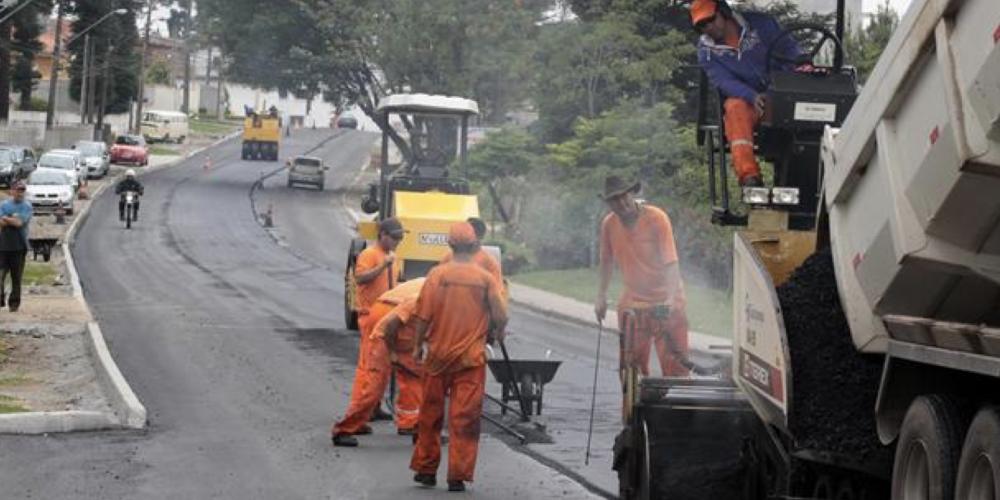 Fiscalização recolhe amostras para avaliar a qualidade do asfalto aplicado nas ruas de Curitiba. Casca de ovo, nunca mais. Será?
