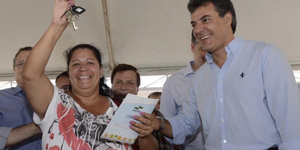 """Beto Richa estará em Paranavaí nesta quarta-feira. No palanque, ele entrega moradias populares, tira fotos e pode receber gritos de """"Fora Beto"""""""