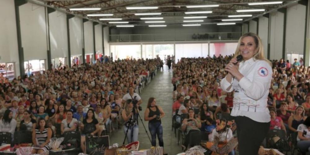 Cida Borghetti não desce do palanque. Em Pitanga ela participou de encontro com mais de três mil mulheres. É a corrida pelo Palácio Iguaçu