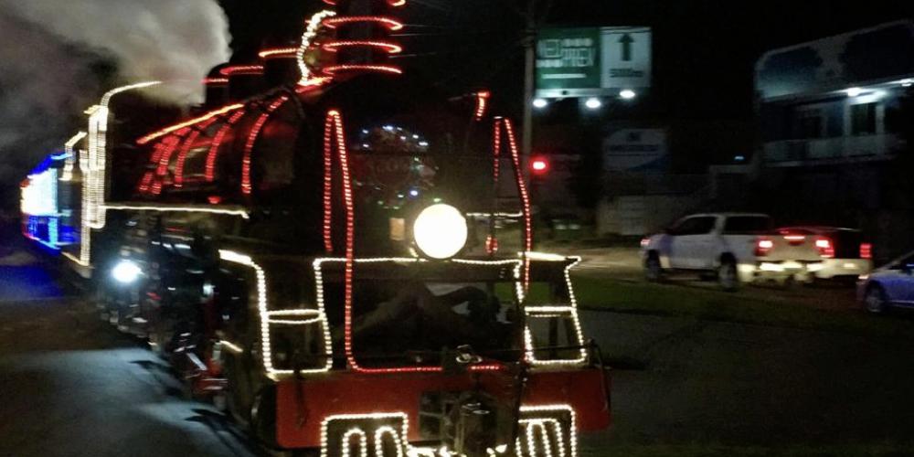 Quando a festa natalina entra nos trilhos. Maria Fumaça de Natal leva famílias para as ruas