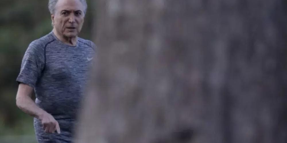Michel Temer é xingado durante caminhada, sorri e ignora protesto. Veja o vídeo. Rodrigo Maia, Eliseu Padilha e Alexandre Baldy estavam com o presidente