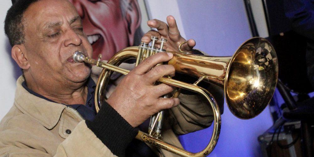 Saul acaba de ser contratado para tocar trompete no céu. Um santo da música em palcos celestiais