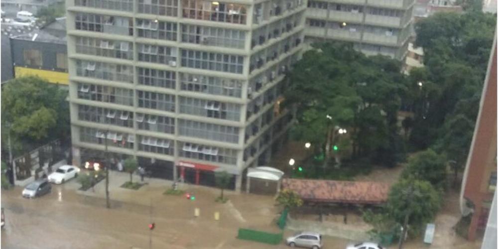 Curitiba sofre com a chuvarada na tarde desta quarta-feira. Há pouco, na Av. Cândido de Abreu, Centro Cívico, o Rio Belém transbordou