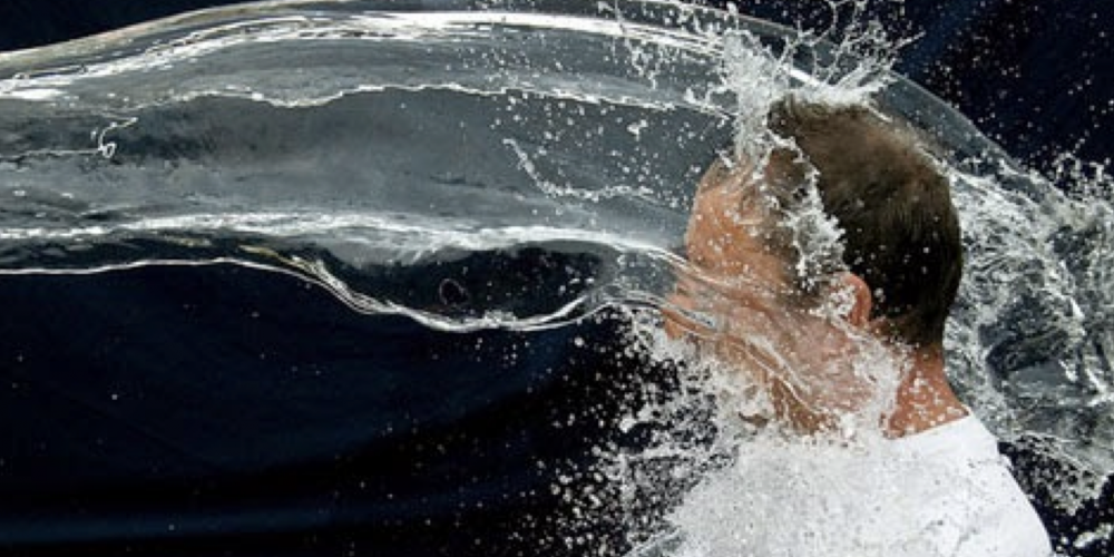 O assaltante encharcado. Trabalhadora joga balde d'água em ladrão e evita assalto. Essa ideia poderia ser levada ao Rio de Janeiro