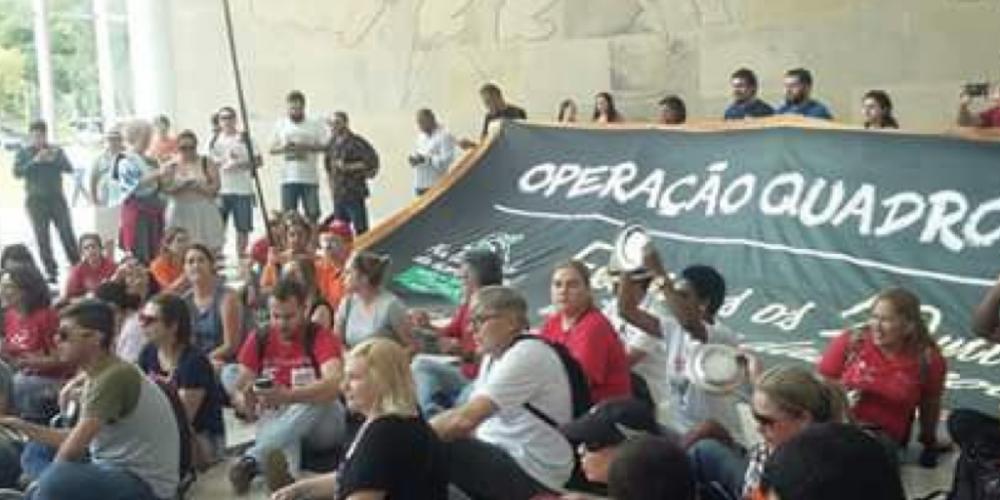 O protesto dos professores PSS, contra a redução de salários, terminou com a ocupação do Palácio Iguaçu