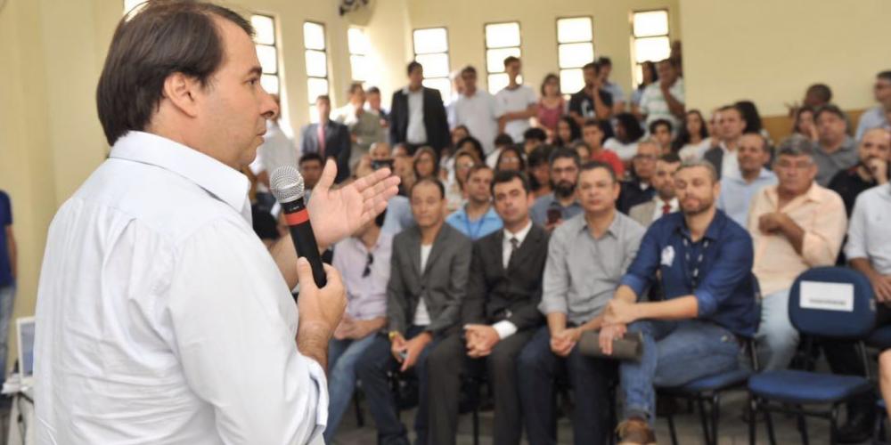 No país de muitas candidaturas, o concorrente Rodrigo Maia coloca em pauta projeto lei para combater o contrabando