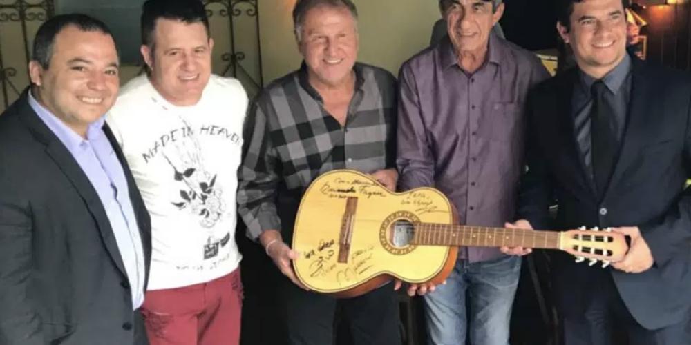 Mesa farta, música e política em um restaurante no bairro Juvevê. Juntos, Sérgio Moro, o jogador Zico, e os cantores Fagner e Marrone