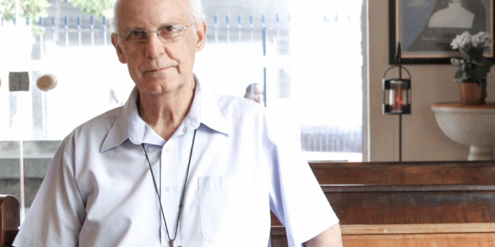Padre Júlio Lancelotti, em defesa dos direitos humanos, critica o famigerado auxílio-moradia. O dinheiro do penduricalho poderia ser usado na construção de 50 mil casas