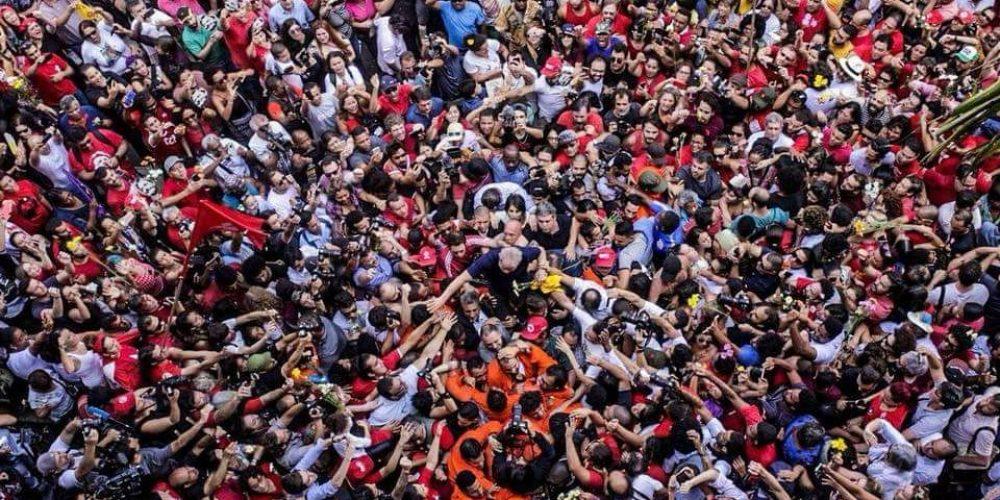 Acampamento de apoio ao ex-presidente Lula em clima de solidariedade, discussões políticas, cultura e música