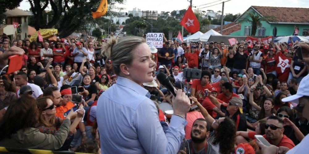 Uns e outros estão propagando a informação de que GleisiHoffmann pediu ajuda aos árabes para libertar o ex-presidente Lula. Que mentira…