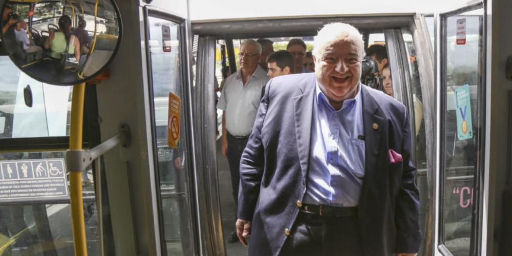 Transporte coletivo faz esquentar o relacionamento entre o prefeitão Rafael Greca, o exibidão, e o líder da oposição na Câmara