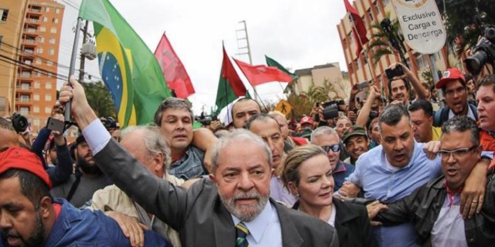 Alguém pode achar legal, mas democracia e liberdade não são isso. Ônibus da caravana de Lula são atingidos por tiros no Paraná